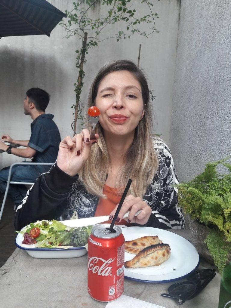 Paula Falcão experimenta empanadas e salada criadas por Paola Carosella