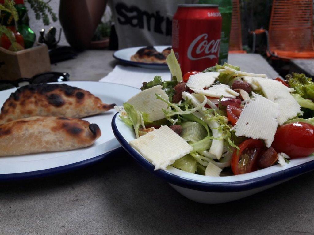 Empanadas e salada de Paola Carosella do Masterchef para o café la Guapa