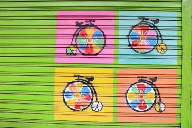 Uma das portas com grafites da Avenida Goiás, no Centro, em Goiânia