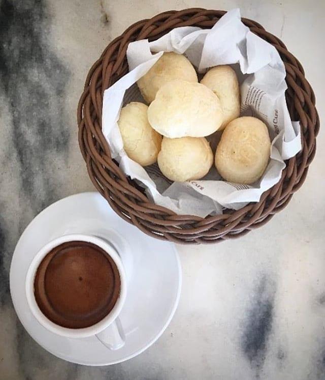 Pão de queijo e café do Fran's Café, no setor Marista, em Goiânia