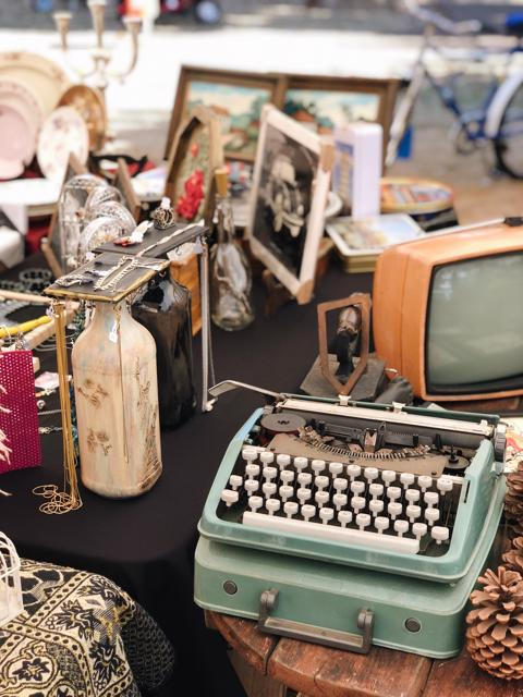 Maquina de escrever e TV antiga da Ferira de Antiguidades da Praça Tamandaré