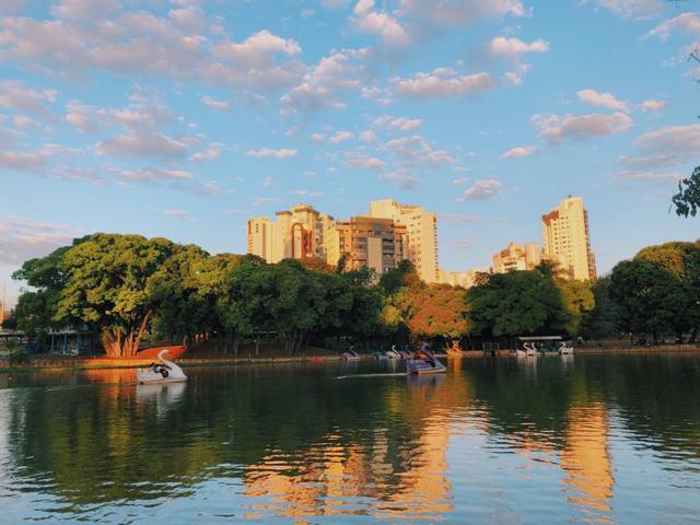 Pedalinhos e vista do Parque Lago das Rosas, em Goiânia