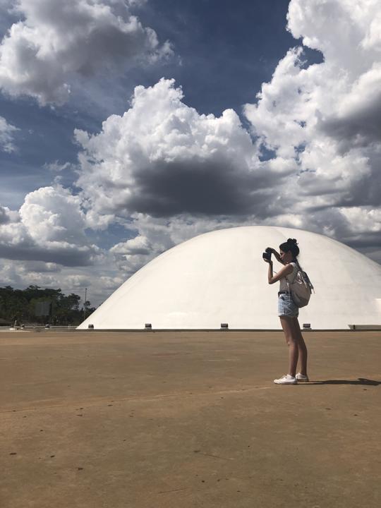 Carla Falcão em frente ao palácio da Música, no Centro Cultural Oscar Niemeyer