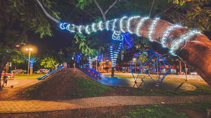 Praça Estado da Palestina, no Setor Oeste tem árvores iluminadas para o Natal