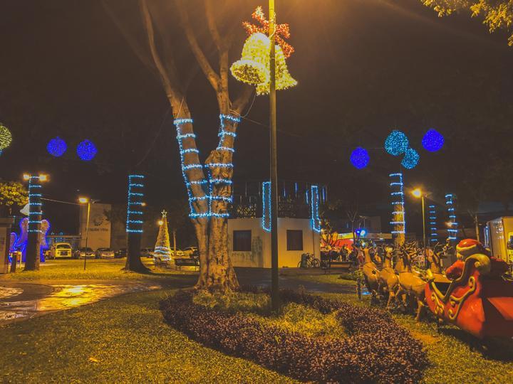 Praça Joaquim Lúcio no bairro de Campinas recebeu iluminação e esculturas de garrafa pet