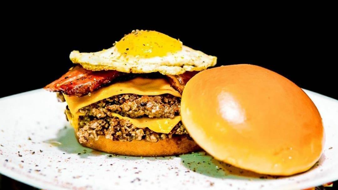 Studio Burger tem hambúrgueres, além de entradas como batata fritas, saladas, bruschettas