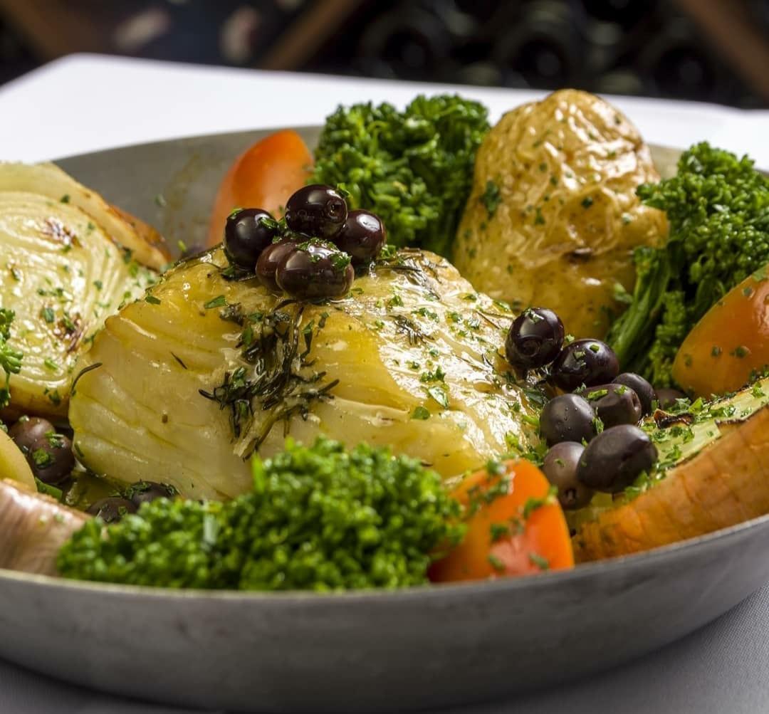 Bacalhau Pil Pil, um dos pratos tradicionais do local Bartolomeu Restaurante
