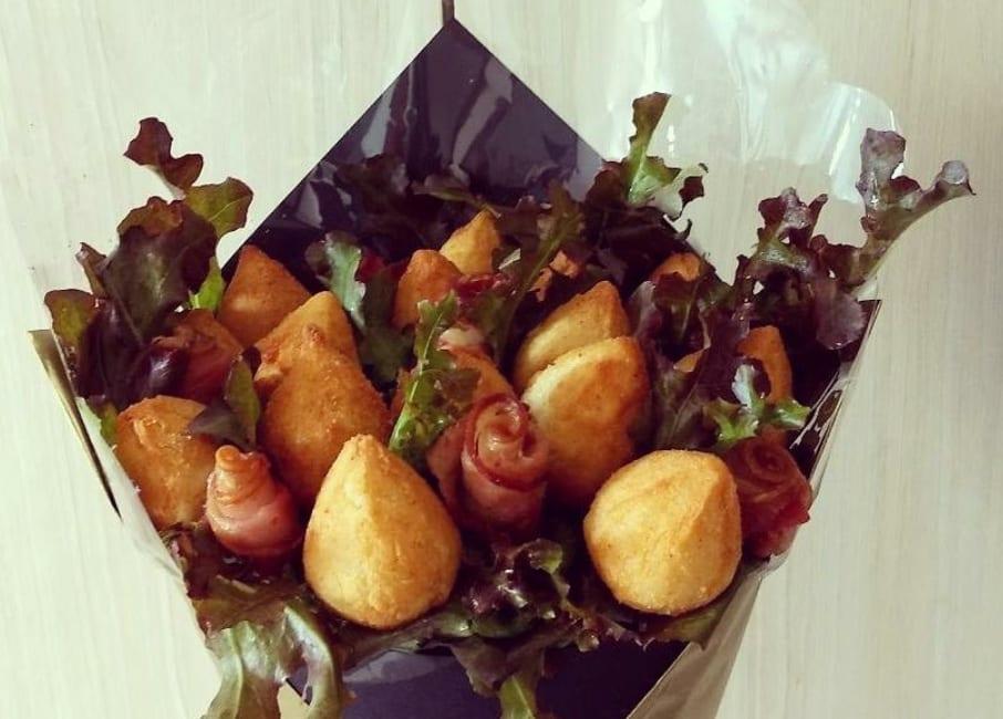Buquê de coxinhas fritas com bacon do Hamí Arranjos Comestíveis