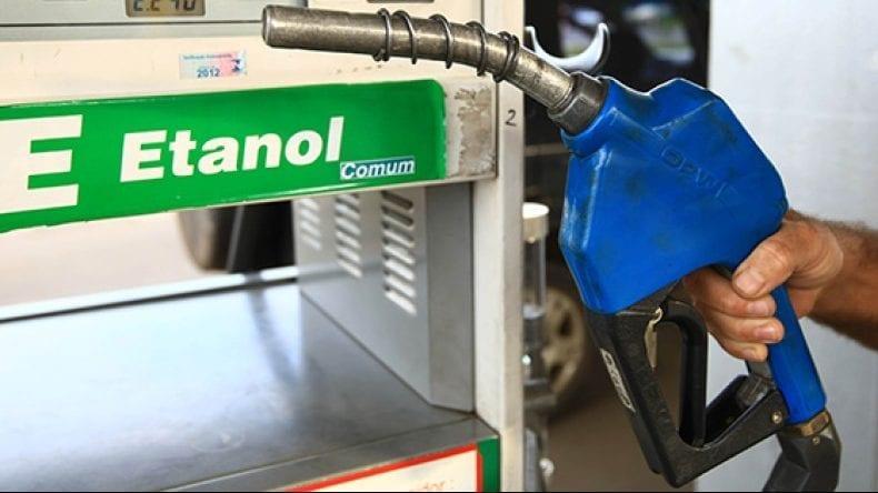 Resultado de imagem para Os preços médios do etanol permanecem vantajosos ante os da gasolina em cinco Estados brasileiros – Goiás, Mato Grosso, Minas Gerais, Paraná e São Paulo. O levantamento da Agência Nacional do Petróleo, Gás Natural e Biocombustíveis (ANP) compilado pelo AE-Taxas considera que o etanol de cana ou de milho, com menor poder calorífico, tenha um preço limite de 70% do derivado de petróleo nos postos para ser considerado vantajoso. Em Mato Grosso, o hidratado é vendido em média por 59,55% do preço da gasolina, em São Paulo por 64,03%, em Minas Gerais por 64,68% e em Goiás por 68,46%. No Paraná a paridade está em 69,46%. Na média brasileira, a paridade é de 65,17% entre os preços médios do etanol e da gasolina, também favorável ao biocombustível. A gasolina segue mais vantajosa em Roraima, com a paridade de 96,06% para o preço do etanol..