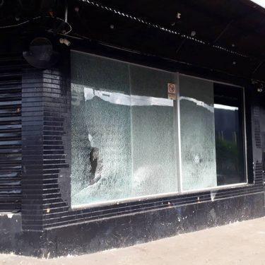 Bar em Nerópolis tem a fachada destruída após ser alvo de quase 20 disparos