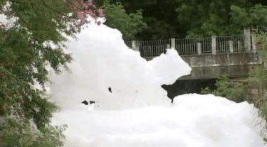 Córrego fica coberto de espuma após despejo de detergente em Salto (SP)