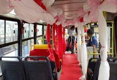 Motorista decora ônibus e distribui flores à passageiras, em Goiânia