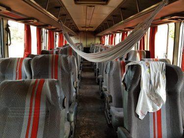Ônibus de viagem na BR-153, em Porangatu, tinha até rede armada no interior