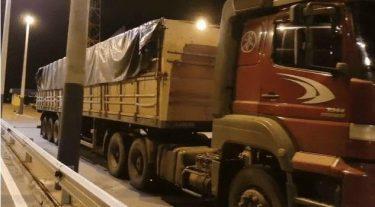 Ao ser abordado, motorista de caminhão com contrabando foge para matagal, em Morrinhos