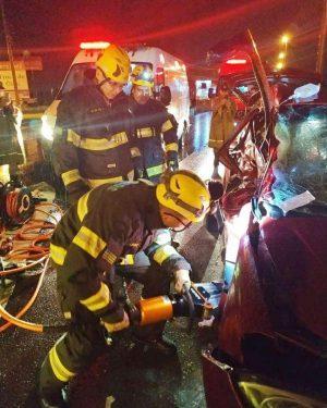 Grave acidente entre ônibus e carro deixa dois mortos, na GO-060