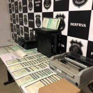 PC prende falsificador de documentos veiculares, em Goiás