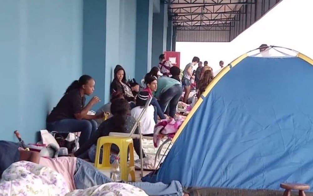 Após 4 dias em fila, candidatos são contratados por supermercado em Goiás