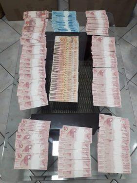 Dona de loja de decoração é presa com R$ 4 mil em notas falsas, em Goiânia