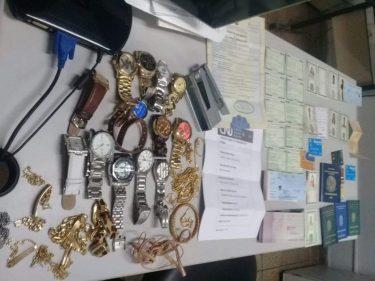 Estelionatária é presa com documentos falsos e cartões de crédito, em Aparecida