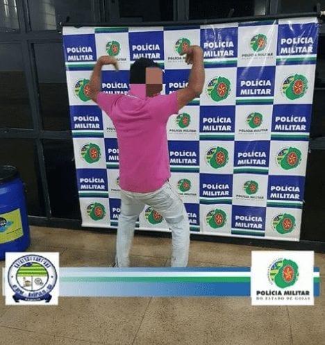 Preso por dirigir bêbado, motorista faz pose para foto na delegacia de Anápolis