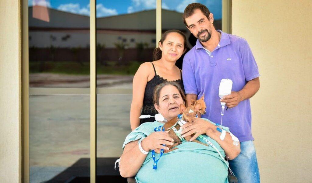 Presente de Natal: paciente recebe visita de cachorrinhos em hospital Goiânia