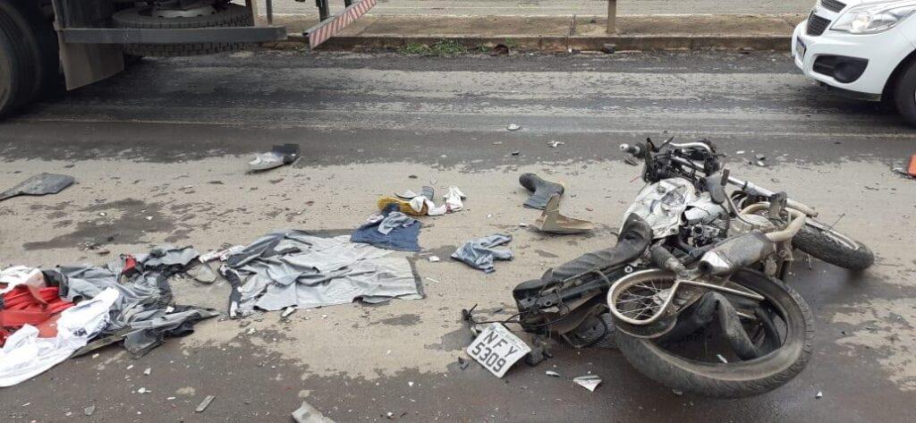 Após perder freio, caminhão acerta camionete, moto e viatura, em Goiânia