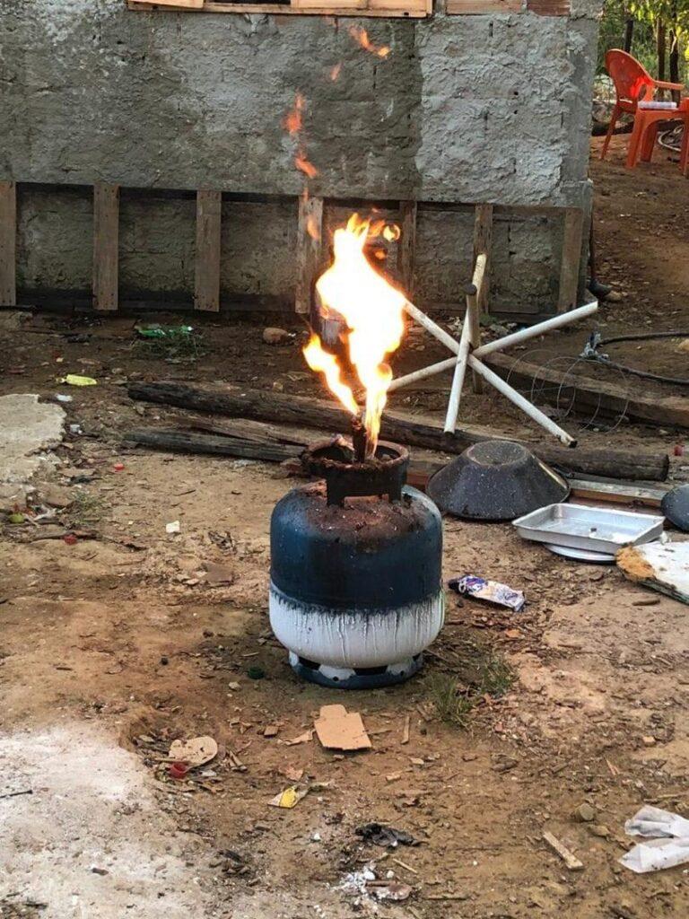 Casa fica destruída após pegar fogo em todos os cômodos, em Abadia de Goiás