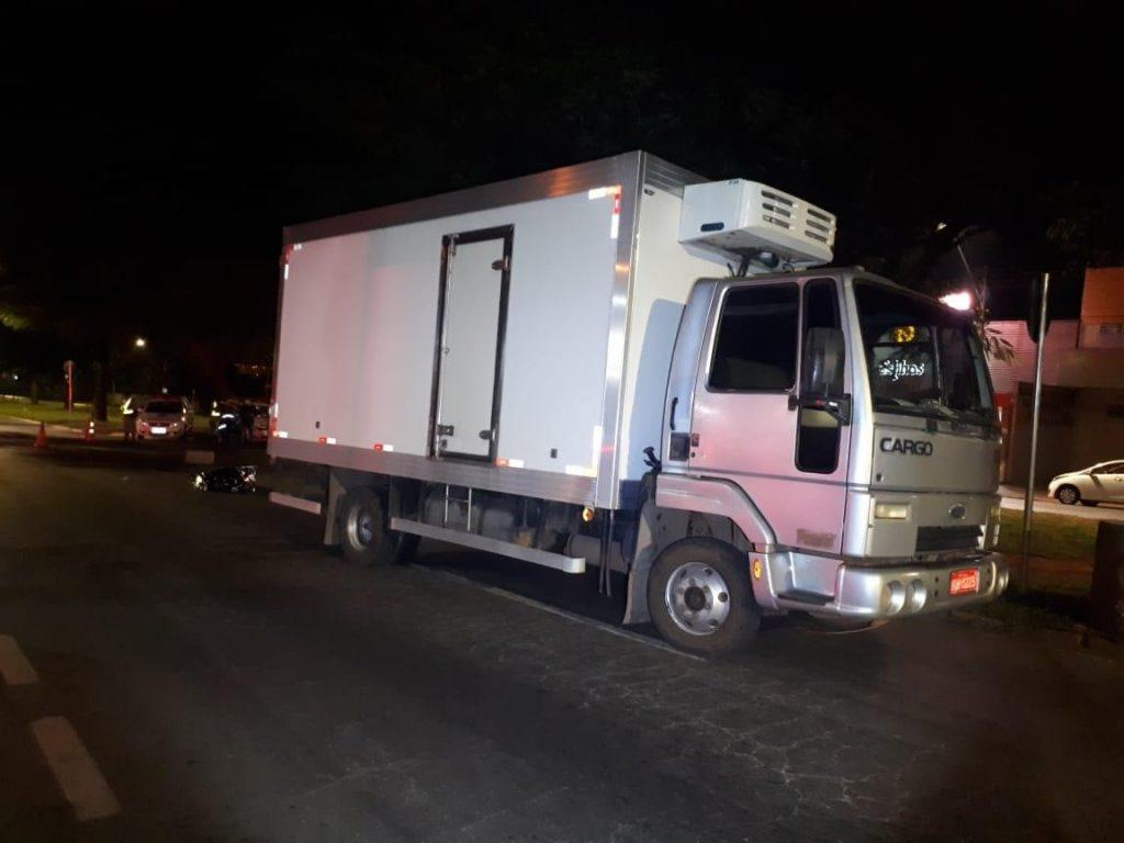 Homem morre após ser atropelado por caminhão, em Goiânia