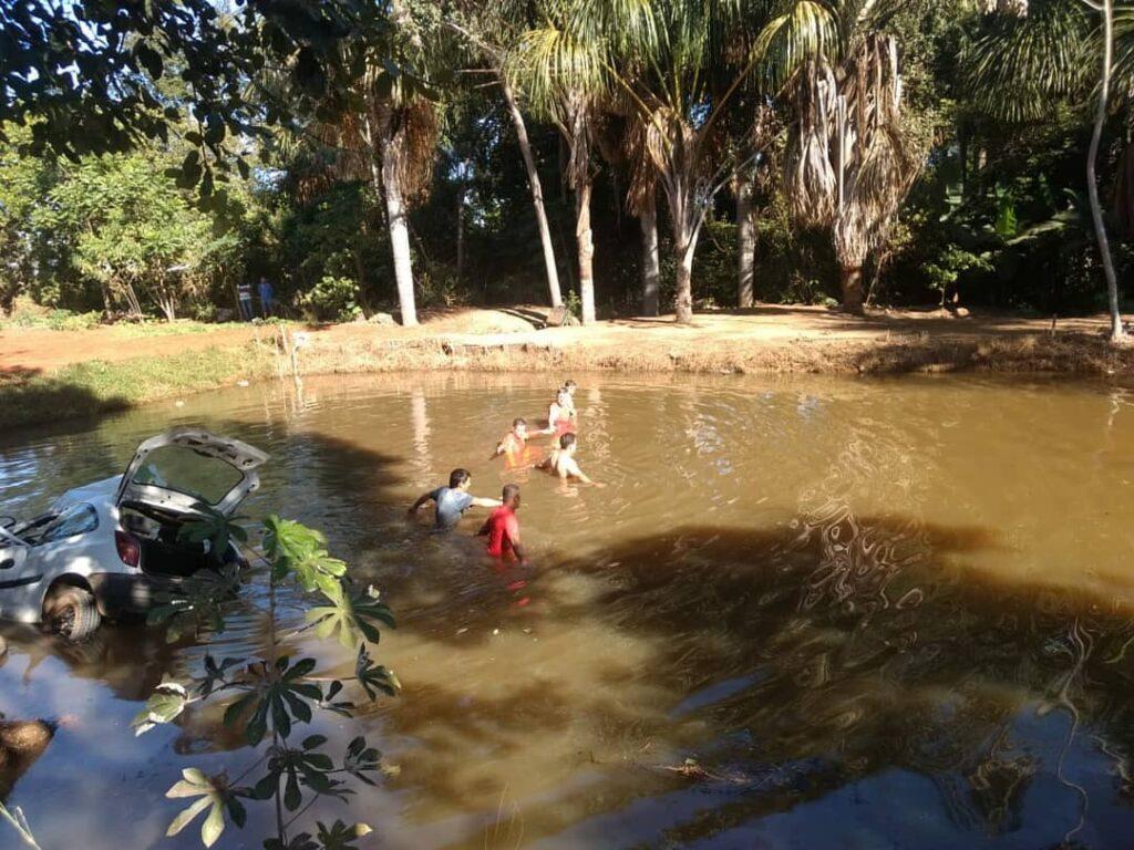 Dois morrem ao serem arremessados em rio durante capotamento na GO-164